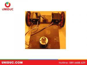 dán các động cơ servo vào các cạnh trái và phải bằng keo nóng / keo siêu dính.